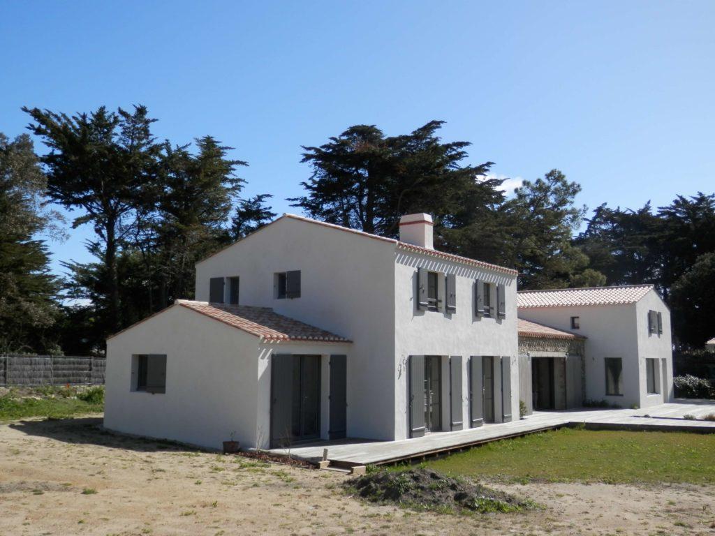 Maison de bord de mer avec toiture en tuiles.