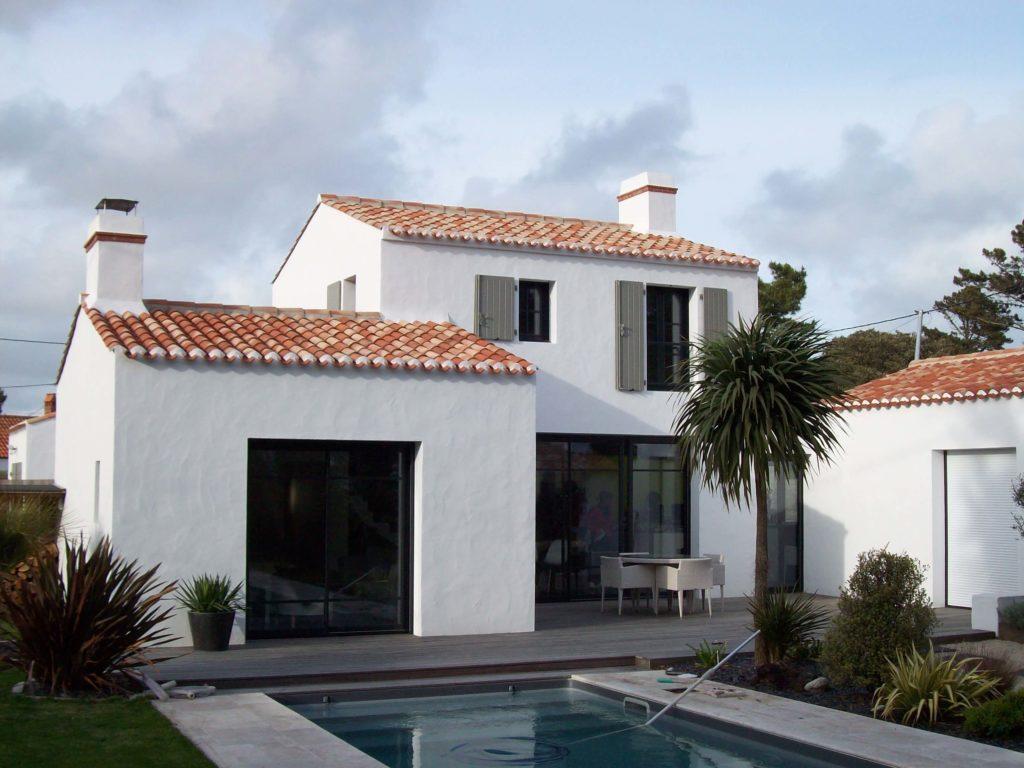 Maison de bord de mer blanche avec piscine